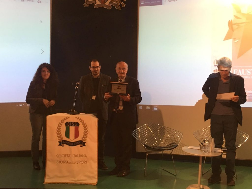 Sergio Giuntini, Deborah Guazzoni e Nicola Sbetti consegnano il premio Manacorda a Stefano Pivato